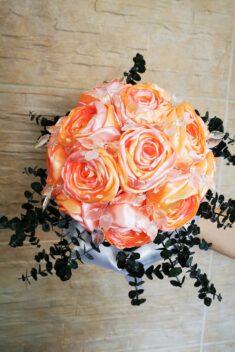 Kytica ruží s eukalyptusom - lososovoružová- evkakvety-eshop.eu